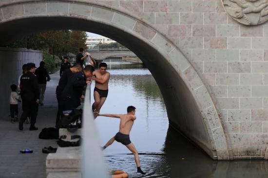 队员们立即跳入河中救援