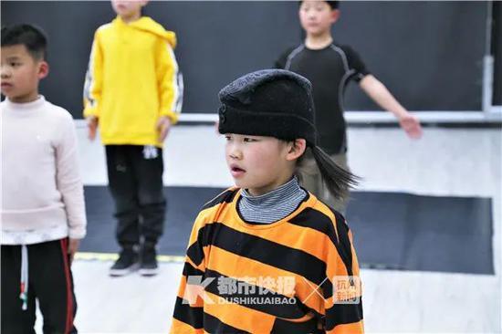 杭州6岁霹雳舞女孩完成超高难度动作 还有腹肌亮了