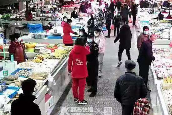 拒绝亮码测温 浙江台州路桥区一女子强闯菜场被拘留