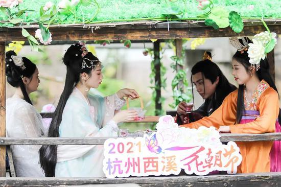 杭州4月春游网红打卡点来了 赏缤纷花岛放1800米风筝