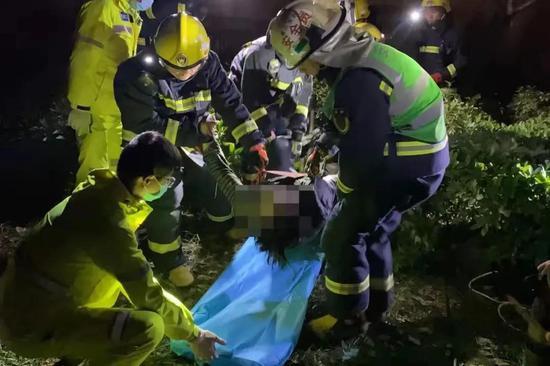 嘉兴市一宠物狗掉进小区3米污水井 男子去救不幸身亡