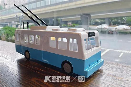 老庞做了老电车的模型为电车庆生 摄影 黄煜轩