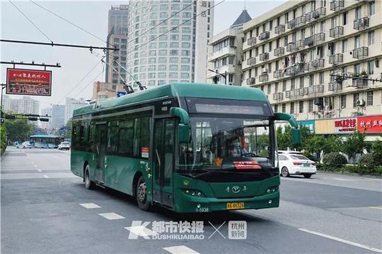 杭州街头的电车 摄影 黄煜轩