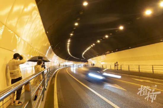杭州万松岭隧道不分白天黑夜有年轻人来拍写真婚纱照