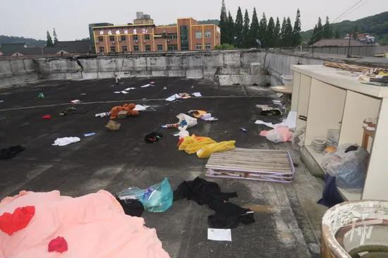 浙江一女子与男友吵架后 从15楼扔下百余件物品