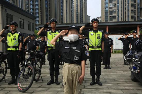 浙江一11岁男孩身患白血病 巡警大队实现他的特警梦