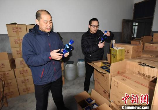 查获的假冒酒。台州公安供图