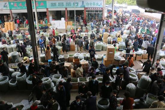 浙南茶叶市场交易忙。徐健中 摄