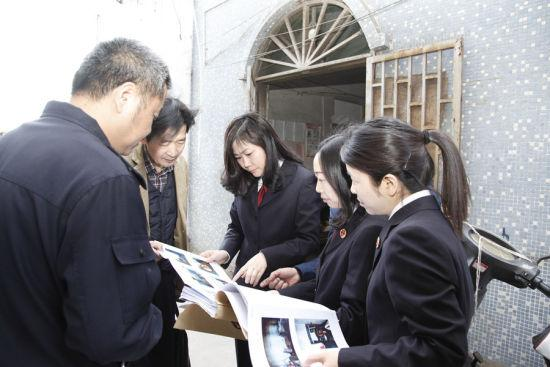 2018年4月9日,浙江省湖州市检察院检察长孙颖查看案发现场。 钱聪 摄