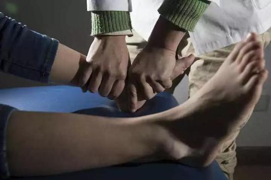 杭州15岁男孩右脚痛妈妈以为长太快 医生却说会要命