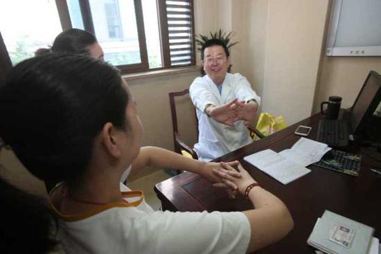宋主任在检查关节炎患者关节的灵活度