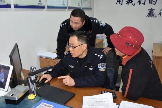 杨通美在辨认亲人信息。海盐警方供图