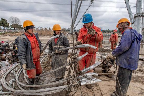 图为1000千伏皖电东送特高压输电工程改接现场,工人们正在加紧施工。吴海平 摄