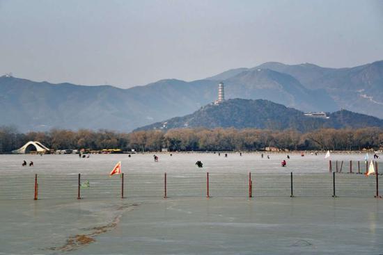 图为:北京颐和园昆明湖滑冰 范宇斌 摄