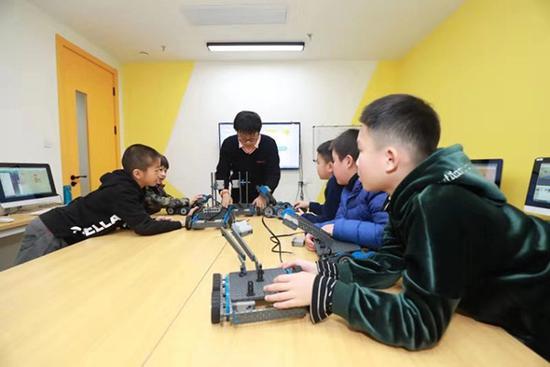 学员们在做机器人分检系统,有点物联网概念的自动化装置。 来源:受访者 徐才 提供