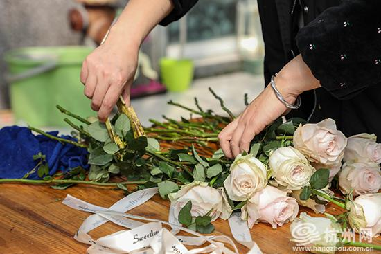 花店老板正忙着对花枝进行修剪。