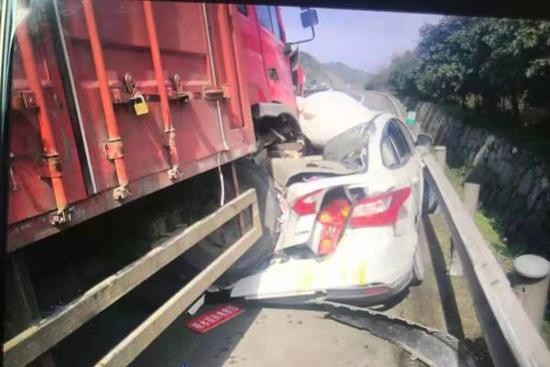 货车撞到了停在硬路肩的小轿车。警方供图