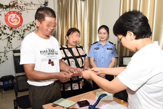 宋世萍拿到了新身份证及结婚证。平湖公安提供