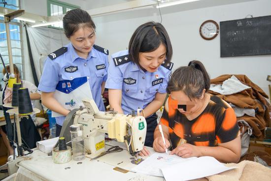 办证民警指导宋世萍填写资料。平湖公安提供