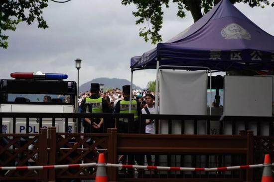 断桥边,景区安保人员仍在暴雨前值守