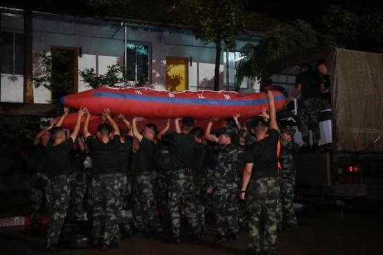 武警金华支队跨区200公里紧急驰援 武警提供