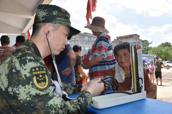 武警官兵在救援现场开设了医疗所,积极协助开展医疗救援工作。温州武警供图