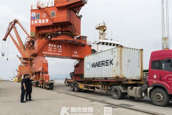 海关关员监管载有固体废物的集装箱退运