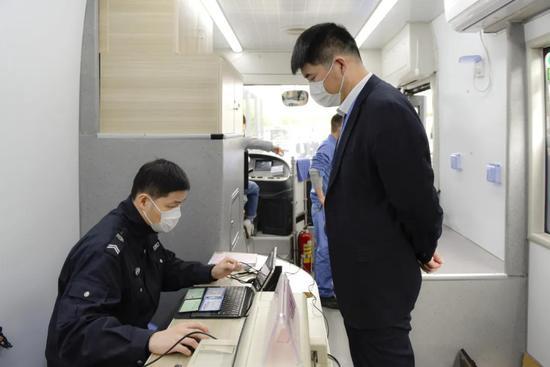 杭州流动服务车来了 违法处理出入境户籍业务都能办