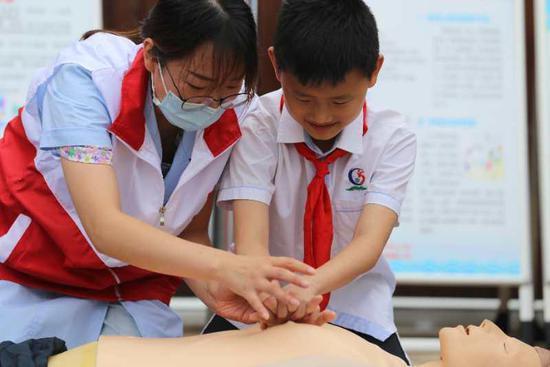 小学生学习救人方法 环渚供图