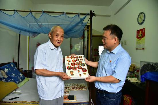 浙江八旬老人悉数捐赠收藏像章 让时代记忆得以保存