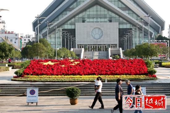"""历年""""国庆""""城市广场的园艺花卉景观"""