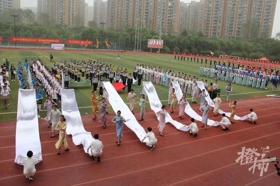 杭州中学的运动会入场式表演火了 好像超级变变变