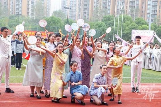 杭州中学的运动会开幕式火了 超级变变变节目很有趣