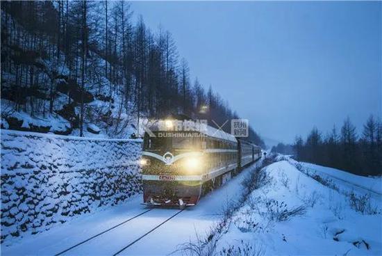 2016年初,慢慢悠悠的火车行驶在林碧铁路被积雪覆盖的铁轨上。目前该列车已改为轨道车牵引隔日运行。