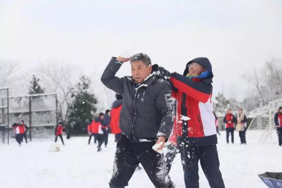 阿潘和学生一起打雪仗
