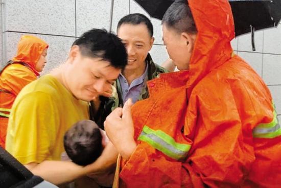 杭州萧山进化镇突发山洪 救援人员紧急救援温暖人心