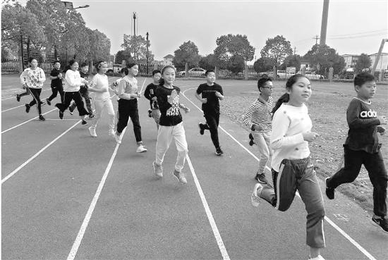 从笑容可以看出跑步对孩子们已经不是苦差事。