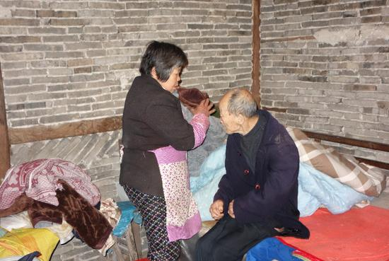 张阿公卧床已有5年多时间,生活起居全由弟媳徐阿婆照顾。陈忠 摄