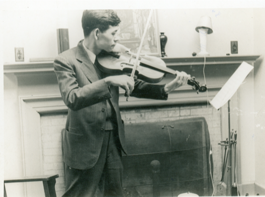 1943年汪德熙在麻省理工学院研究生宿舍练习拉小提琴