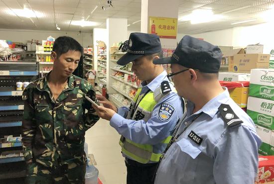 行动期间,杭州萧山警方正在执勤。张斌 摄