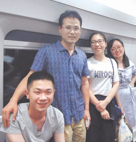 左一为乘客,左二至左四为三名热心医生