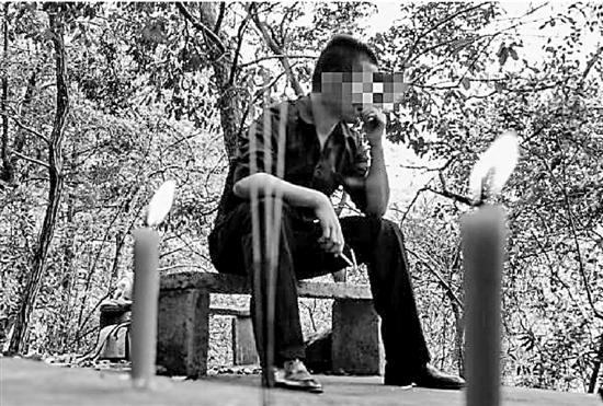 小武在杭州的墓园代人扫墓。 受访者供图