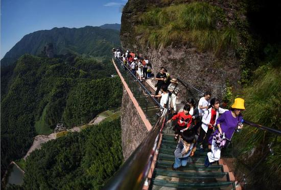 武义县大红岩景区今年在悬崖峭壁新建了玻璃桟道。