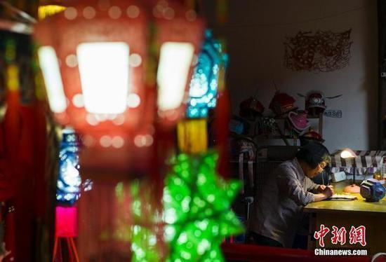 王汝兰在制作一只针刺无骨花灯。中新社记者 侯宇 摄