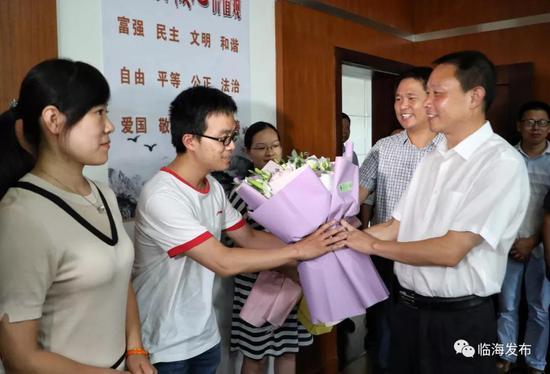 临海市领导前往多所中学 开展教师节走访慰问活动