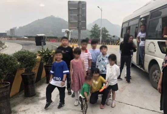 孩子们下车时还很兴奋 面对蜀黍的镜头甚至摆起pose 对危险毫不知情