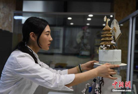 杭州1蛋糕师将白娘子搬上蛋糕 还有雷峰塔等文化符号