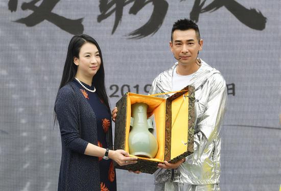 图为:中国新闻社浙江分社常务副社长、总编辑柴燕菲向赵文卓赠送纪念物。王刚 摄