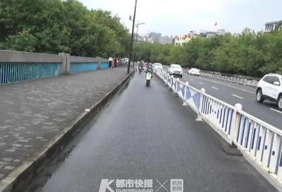 杭大伯在清泰立交桥倒地 有人称外卖小哥超车带倒大伯