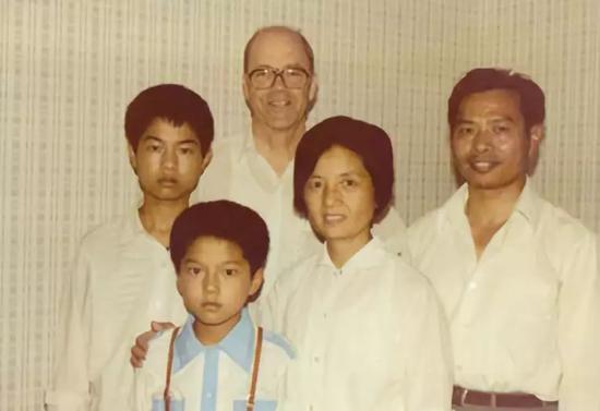 (1984年5月克兰德尔访问浙江大学时与朱位秋全家合影)